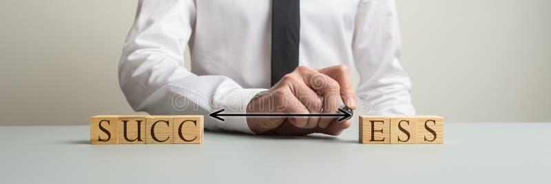 Zakenman die twee kanten van houten blokken verbinden om het woordsucces te spellen royalty-vrije stock fotografie