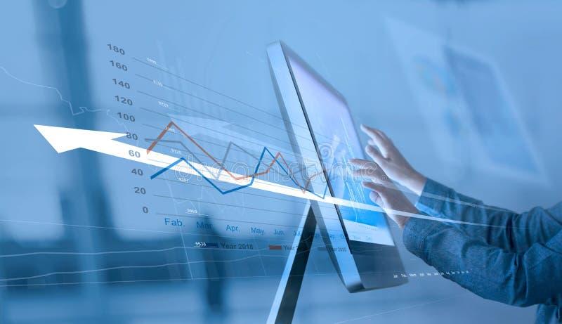 Zakenman die verkoopgegevens over computervoorzien van een netwerk, Abstracte interface, en de grafiek van de de economische groe stock afbeeldingen