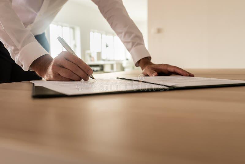 Zakenman die verzekering of wettelijk document ondertekenen royalty-vrije stock foto