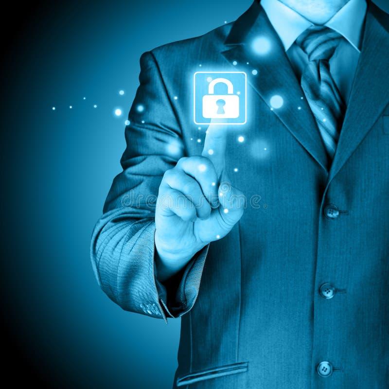 Zakenman die virtuele veiligheidsknoop duwen royalty-vrije stock afbeeldingen