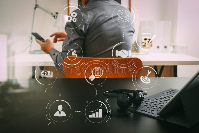 zakenman die VOIP-hoofdtelefoon met digitale tabletcomputer met behulp van en royalty-vrije stock afbeelding