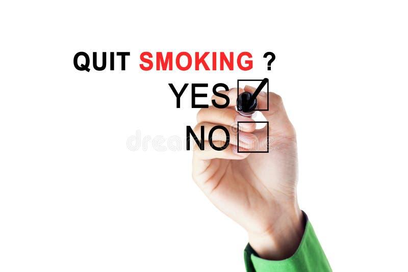 Zakenman die voor een kwestie van het opgehouden met roken akkoord gaan stock fotografie