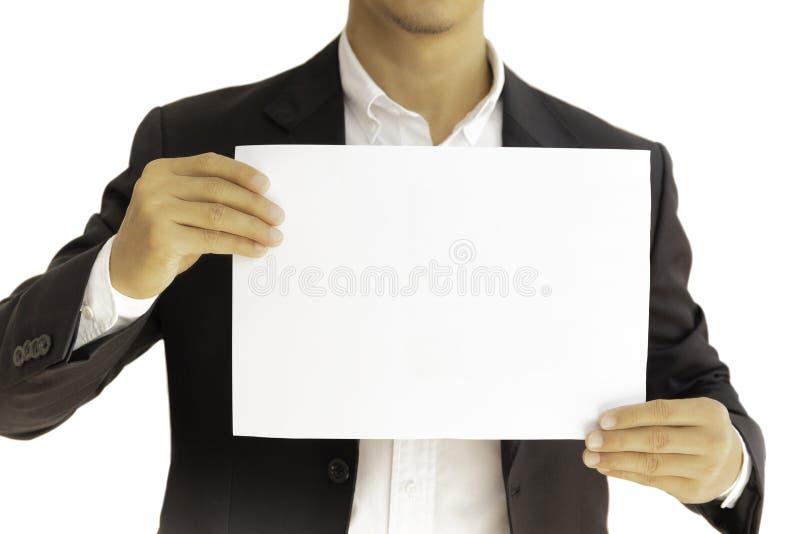 Zakenman die wit duidelijk die karton in handen houden in het knippen van weg wordt geïsoleerd stock afbeelding