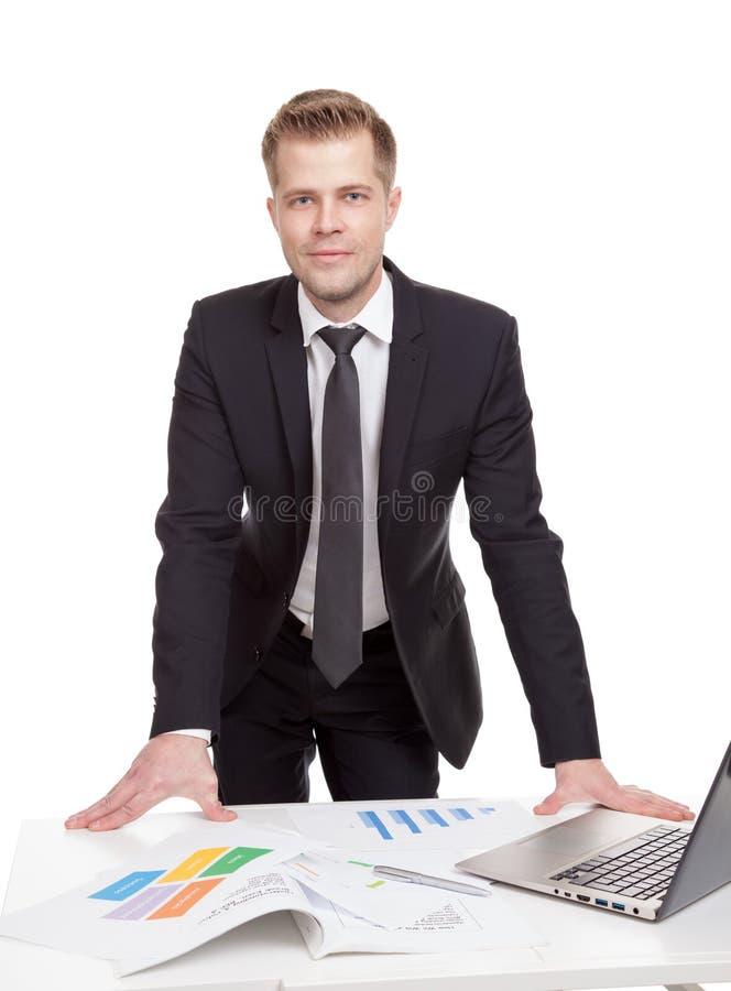 Zakenman die zich achter het bureau bevinden royalty-vrije stock foto