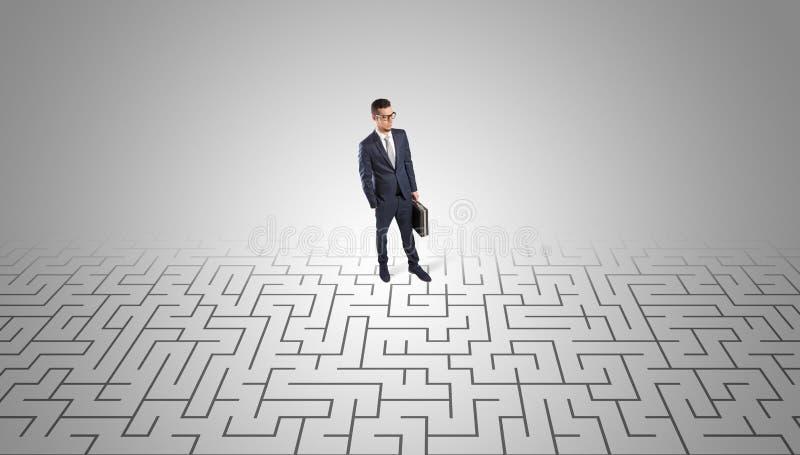 Zakenman die zich in een midden van een labyrint bevinden stock foto's