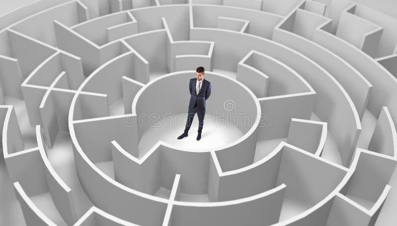Zakenman die zich in een midden van een rond labyrint bevinden stock afbeeldingen
