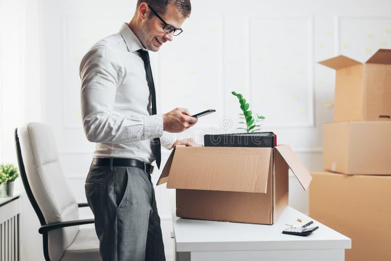 Zakenman die zich in een nieuw bureau bewegen stock foto