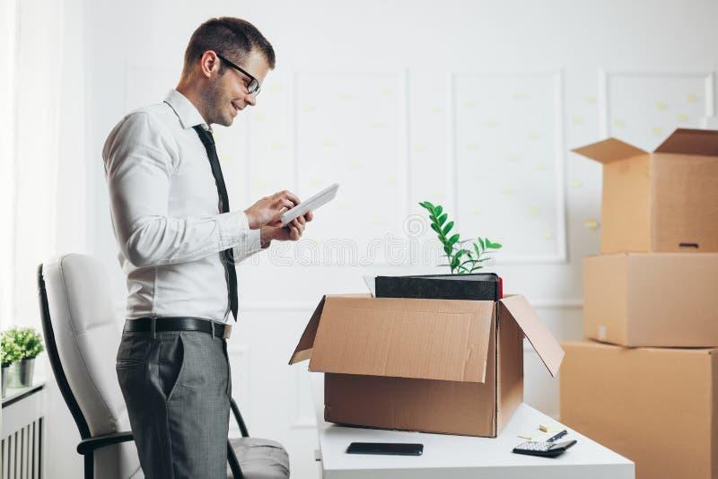 Zakenman die zich in een nieuw bureau bewegen stock afbeeldingen