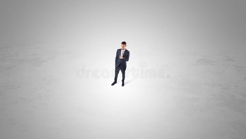 Zakenman die zich in het midden van een lege ruimte bevinden royalty-vrije stock foto