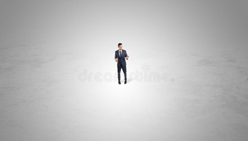 Zakenman die zich in het midden van een lege ruimte bevinden stock foto