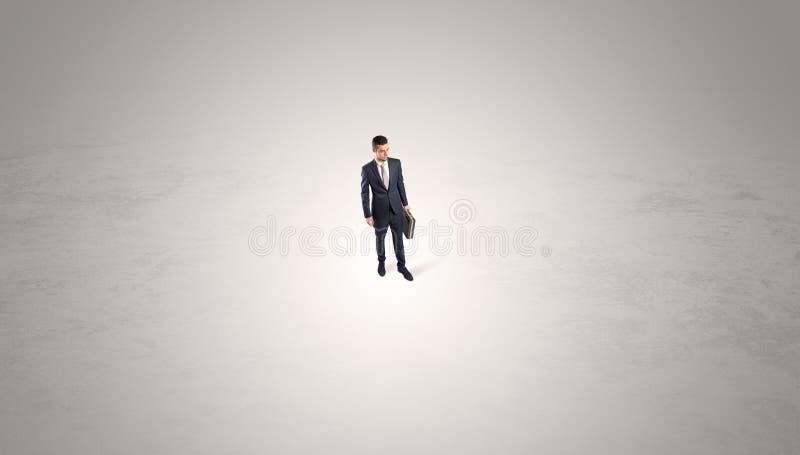 Zakenman die zich in het midden van een lege ruimte bevinden stock fotografie