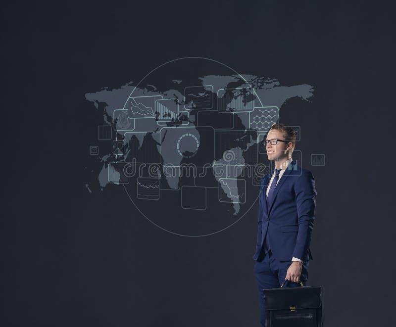 Zakenman die zich met aktentas bevinden De kaartachtergrond van de wereld Zaken, globalisering, concept royalty-vrije stock foto's
