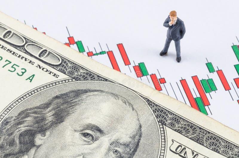 Zakenman die zich met Amerikaanse dollar op de kaars bevinden stoc stock foto's