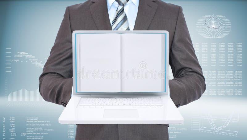 Zakenman die zich met open laptop en boek bevinden stock afbeelding