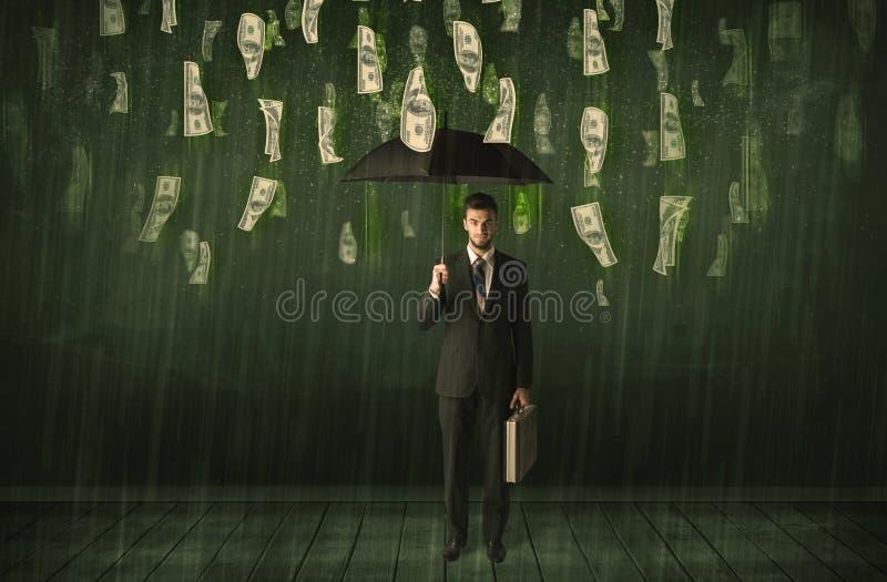 Zakenman die zich met paraplu in de regenconcept van de dollarrekening bevinden stock fotografie