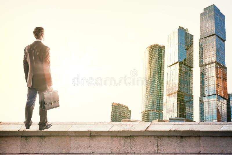 Zakenman die zich op dak bevinden stock fotografie