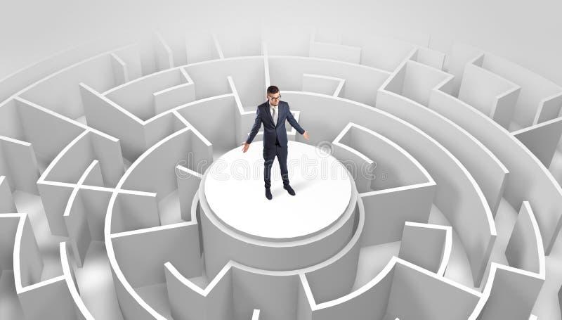 Zakenman die zich op de bovenkant van een labyrint bevinden stock afbeeldingen