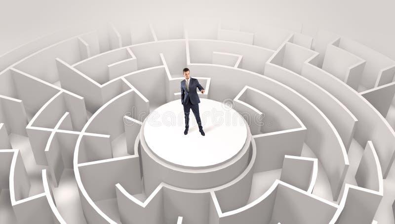 Zakenman die zich op de bovenkant van een labyrint bevinden stock foto's