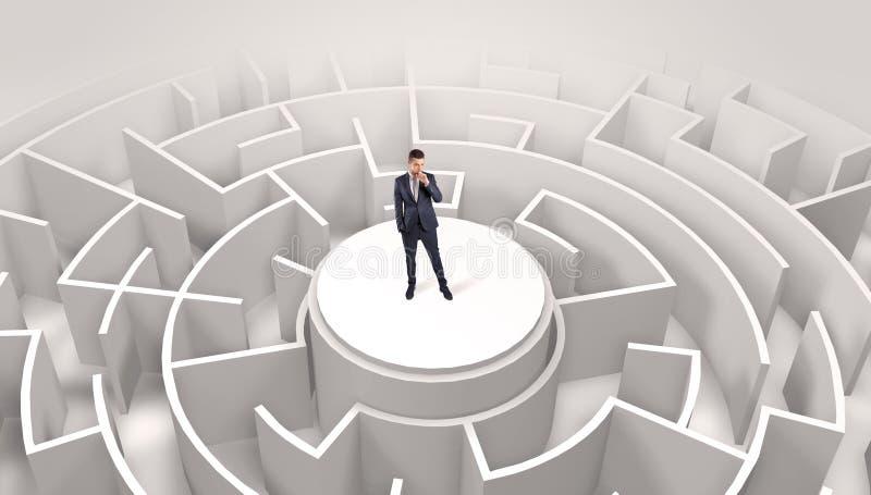 Zakenman die zich op de bovenkant van een labyrint bevinden stock afbeelding