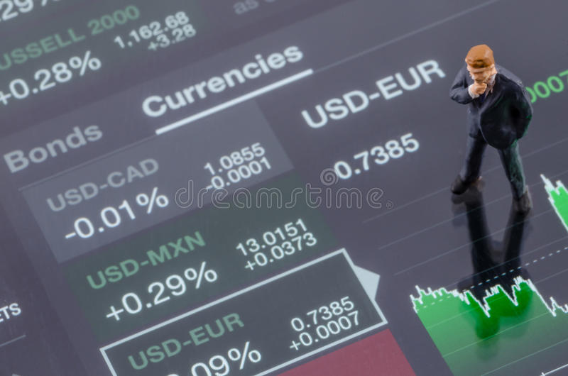 zakenman die zich op de forex grafiek bevinden royalty-vrije stock foto