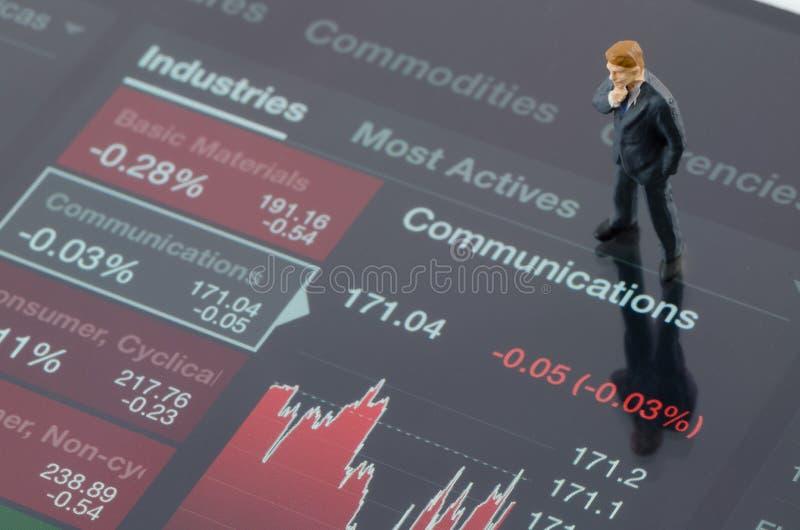 Zakenman die zich op de grafiek van de de industrievoorraad bevinden royalty-vrije stock foto's