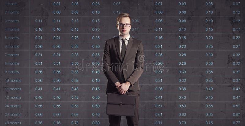Zakenman die zich op een diagramachtergrond bevinden Zaken, bureau, stock fotografie