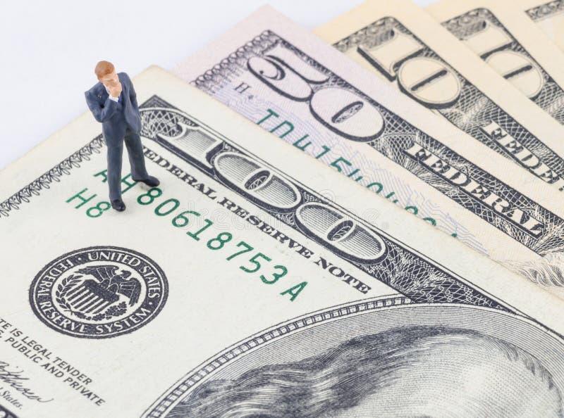Zakenman die zich op het Amerikaanse dollarbankbiljet bevinden royalty-vrije stock afbeeldingen
