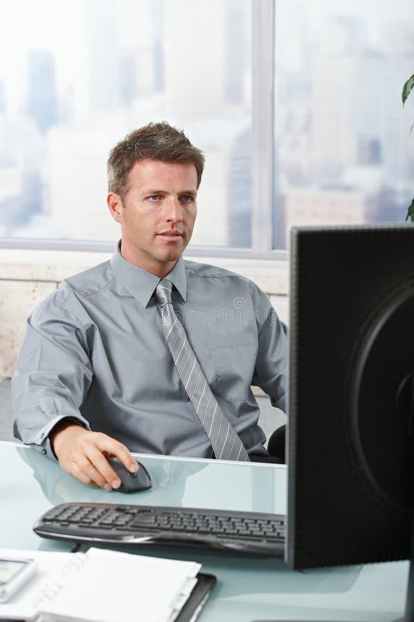 Zakenman die zich op het werk concentreert royalty-vrije stock foto
