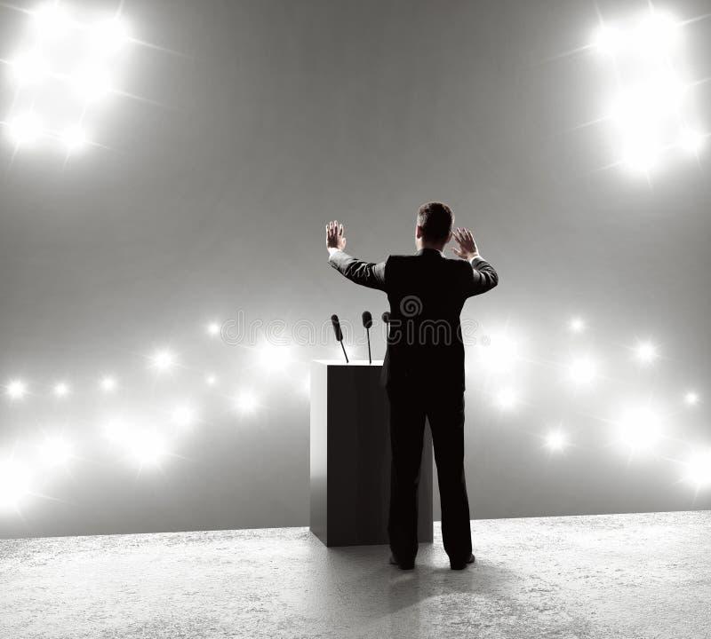 Zakenman die zich op podium bevinden royalty-vrije stock fotografie