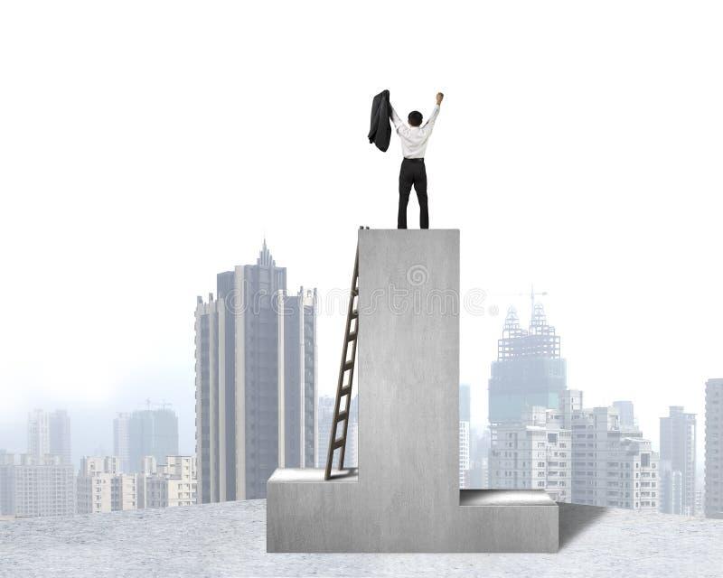 Zakenman die zich op podium met houten ladder en stadsmening bevinden royalty-vrije stock afbeeldingen