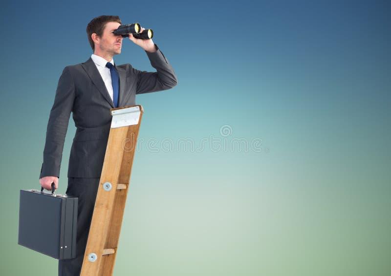 Zakenman die zich op succesladder bevinden en door verrekijkers tegen hemel kijken stock foto's