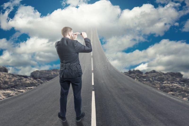 Zakenman die zich op weg bevinden die naar de hemel stijgt stock fotografie