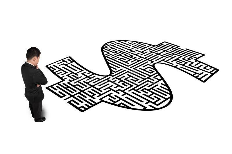 Zakenman die zich voor het labyrint van de geldvorm bevinden royalty-vrije illustratie