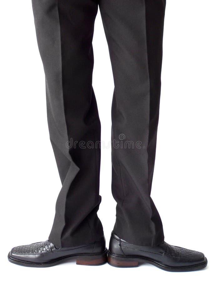 Zakenman die zich in zwarte broeken en schoenen bevindt royalty-vrije stock fotografie
