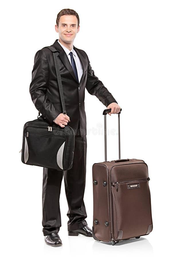 Zakenman die zijn laptop in een schouderzak draagt stock fotografie