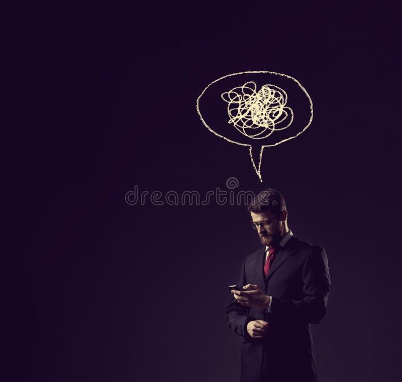 Zakenman die zijn smartphone over donkere dramatische backgroun controleren royalty-vrije stock foto's