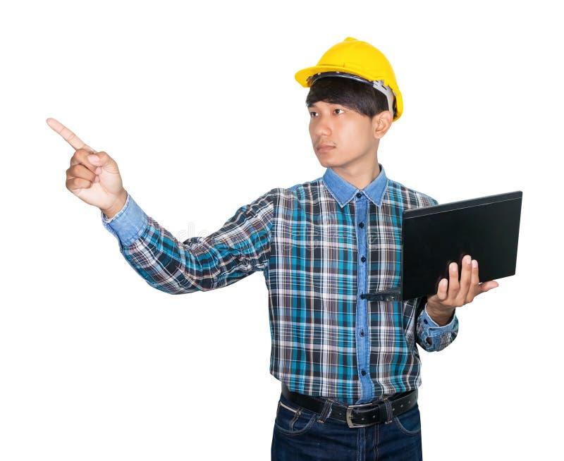 Zakenman dragen laptop van de techniek zekere gebruikende computer en het handpunt het gele plastiek van de veiligheidshelm op wi royalty-vrije stock foto