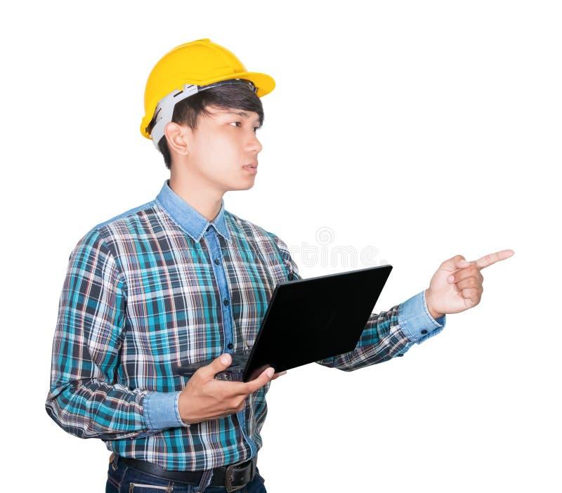 Zakenman dragen laptop van de techniek zekere gebruikende computer en het handpunt het gele plastiek van de veiligheidshelm op wi royalty-vrije stock afbeelding