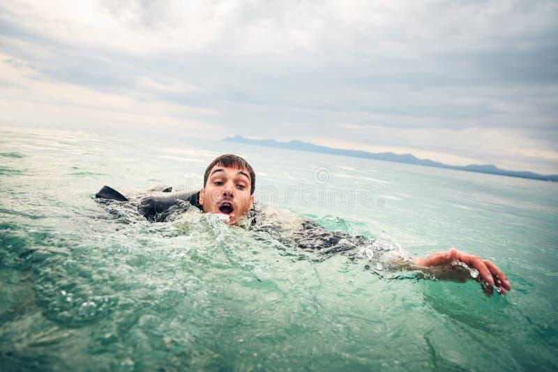 Zakenman Drowning in het Overzees stock afbeeldingen