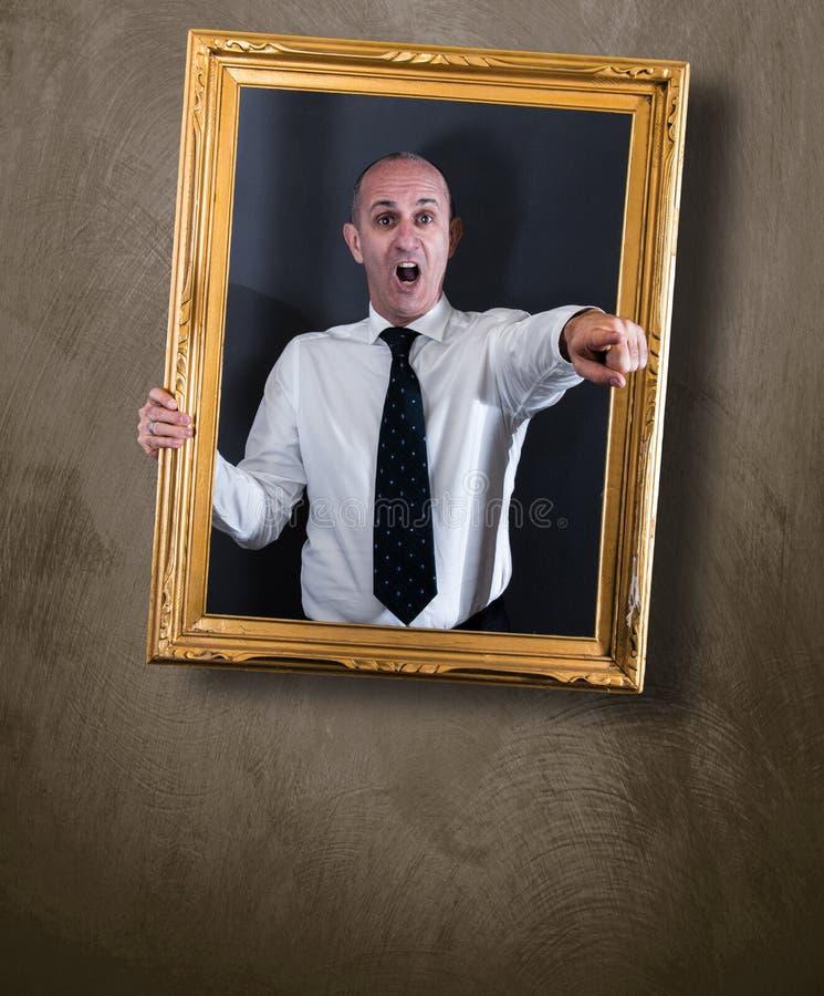 Zakenman in een beeld die bij de muur hangen royalty-vrije stock afbeelding