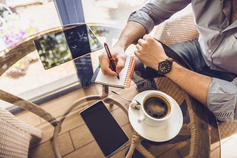 Zakenman in een koffie het drinken koffie en het werken aan een Tabletpc stock fotografie