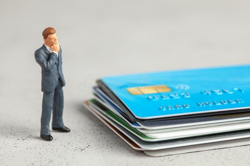 Zakenman in een pak en creditcards Begrip dat je een creditcard kiest of schulden of rekeningen betaalt royalty-vrije stock afbeeldingen