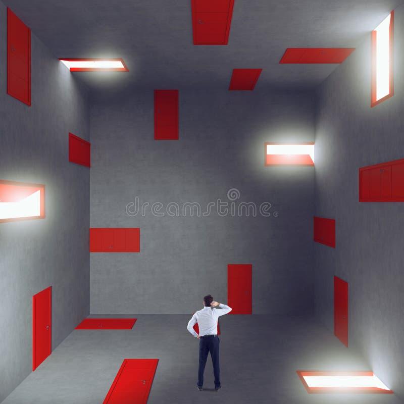 Zakenman in een ruimtehoogtepunt van deuren Concept bureaucratie en spanning stock afbeelding