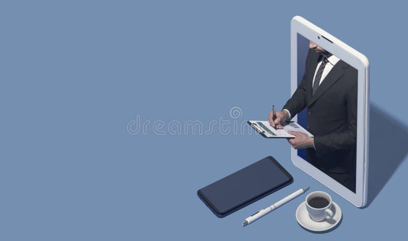 Zakenman in een smartphone die een financieel verslag controleren royalty-vrije stock fotografie