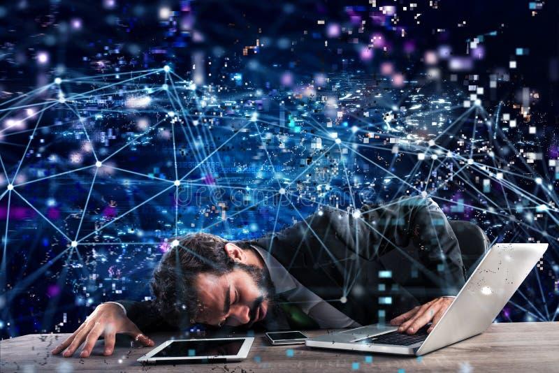 Zakenman in een technologienetwerk dat wordt opgesloten Concept Internet-verslaving stock foto's
