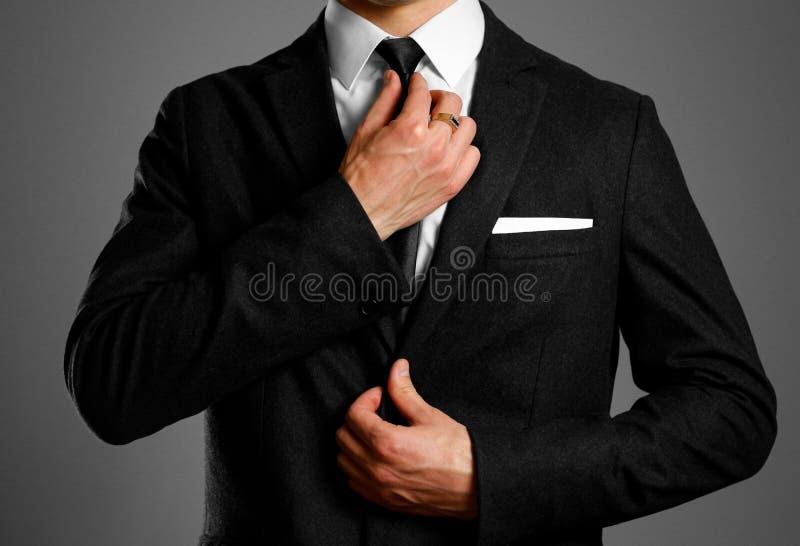 Zakenman in een zwart kostuum, een witte overhemd en een band Studioshootin stock foto's