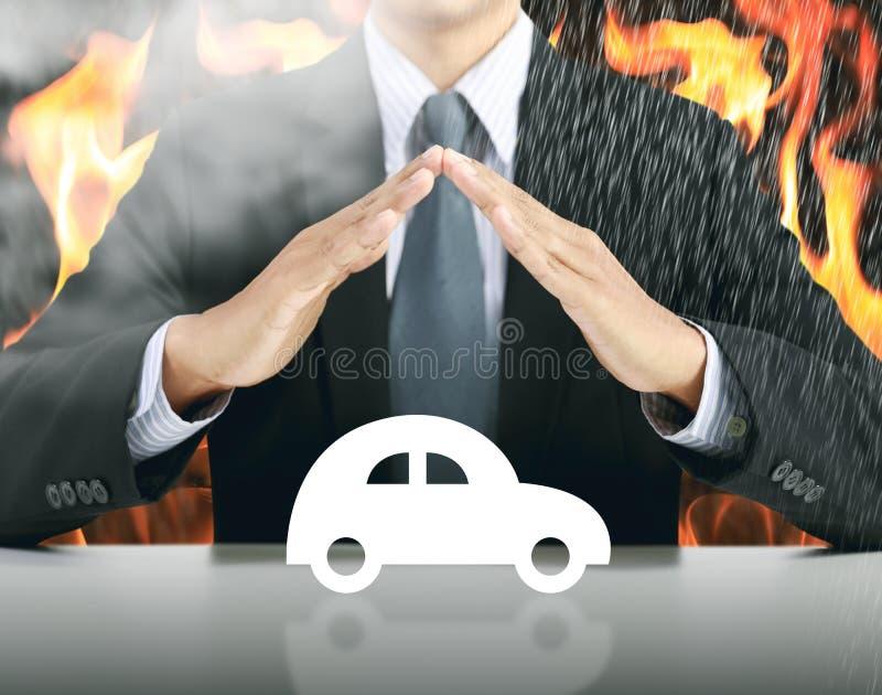 Zakenman en auto met brandachtergrond royalty-vrije stock foto's