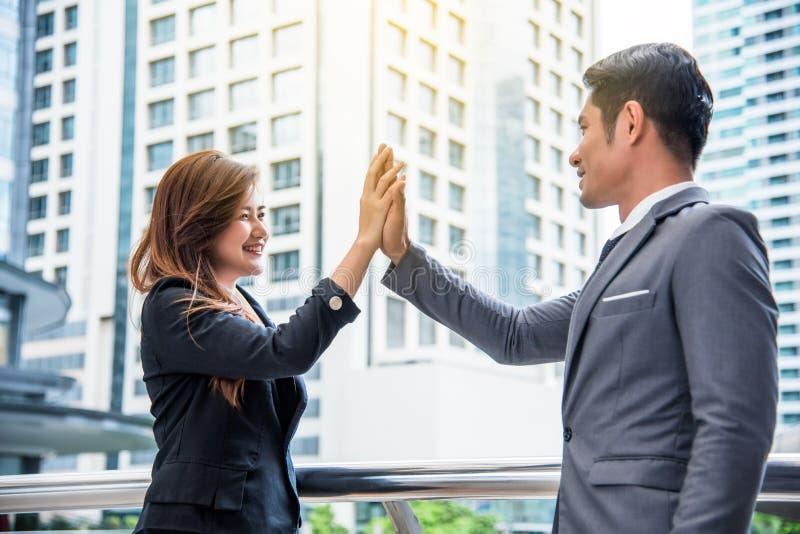 Zakenman en bedrijfsvrouw die hoogte vijf, Bedrijfsconcept, Succesvol concept, Samenwerkingsconcept doen stock fotografie