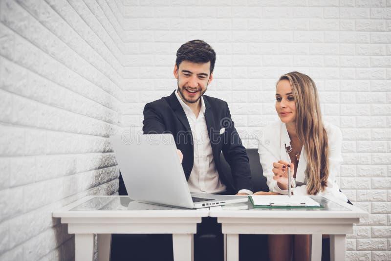 Zakenman en bedrijfsvrouw die inkomensgrafieken en grafiek analyseren stock afbeelding