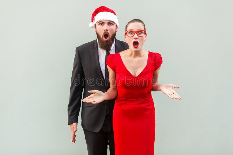 Zakenman en de vrouw die de camera bekijken, die openen zich verenigen royalty-vrije stock afbeeldingen